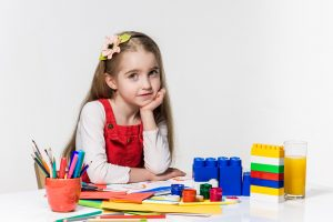 Dziecko siedzące przy stole