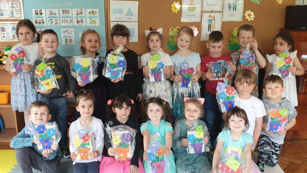 Dzieci z prezentami
