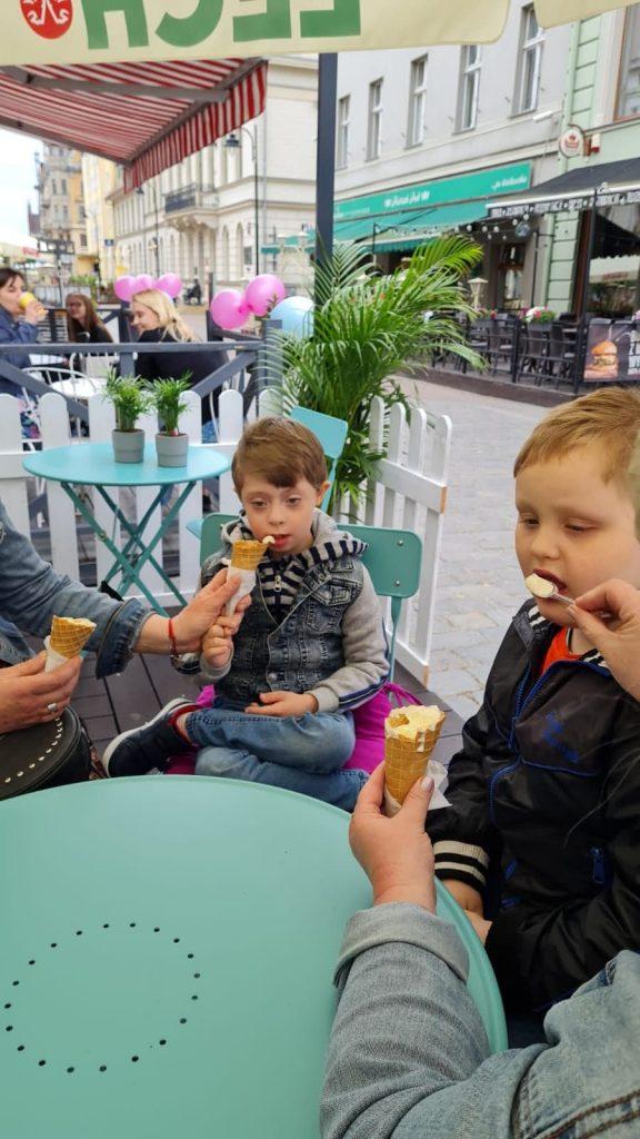 Dzieci jedzące lody